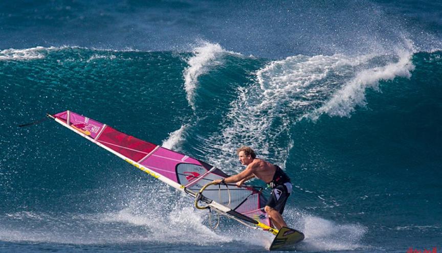 bba88a7dc Naish es una marca hawaiana creada en 1979 por Rick Naish (padre) y Robby  Naish (hijo). Robby ha sido varias veces campeón mundial de windsurf en  todas sus ...